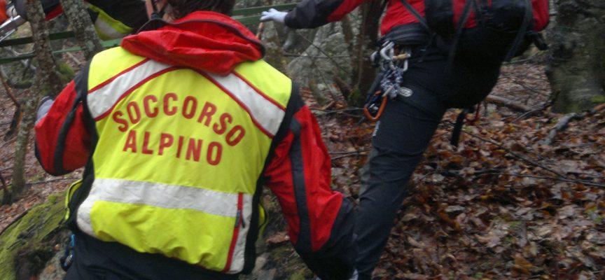 intervento del soccorso alpino di querceta alla ricerca  nel territorio di camaiore  di un escursionista che si era perduto.