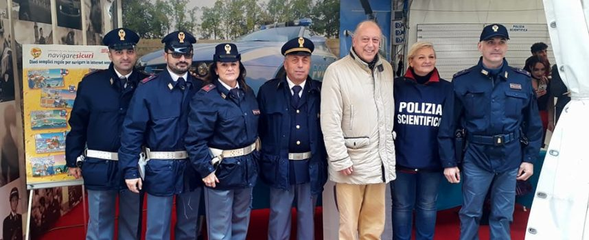 IL SINDACO IN VISITA  allo stand della Polizia di Stato di Lucca