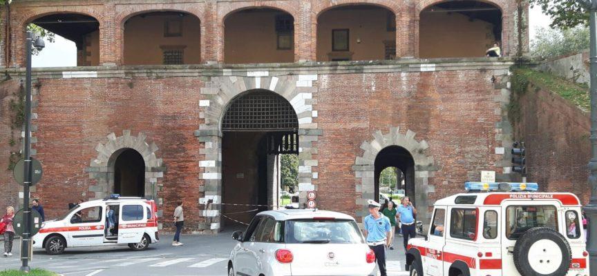 Dissuasori dentro e fuori Porta San Pietro per evitare ulteriori danni