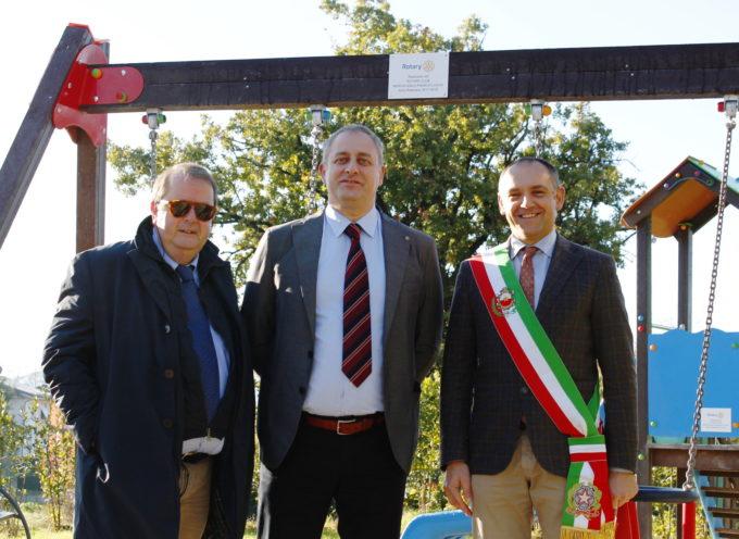 IL ROTARY CLUB MONTECARLO PIANA DI LUCCA DONA AL COMUNE DI CAPANNORI ATTREZZATURE E GIOCHI PER I PARCHI