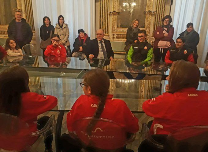 """Il sindaco ha incontrato in Comune le """"Pulcine"""" della Libertas calcio femminile"""