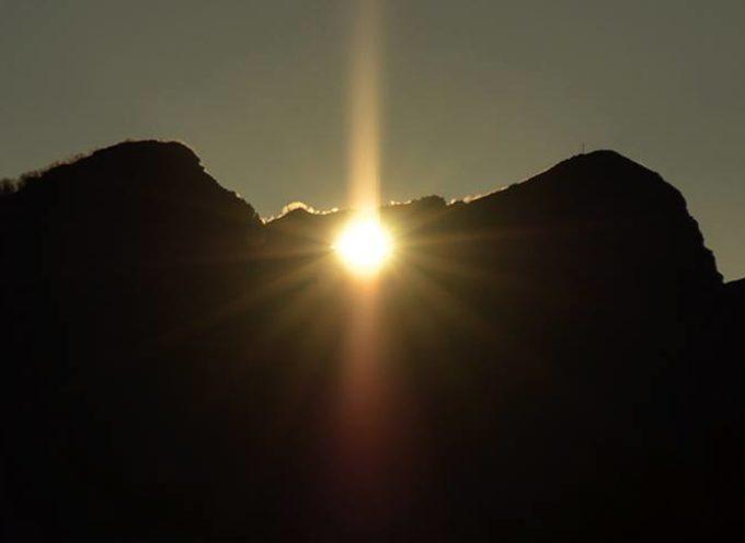 Solstizio d'inverno alba del sole a cardoso tramonto a calomini