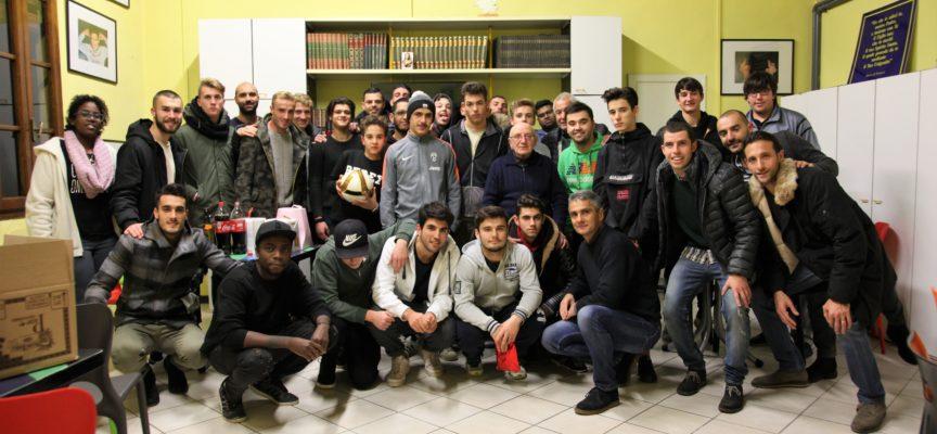 I giocatori della Lucchese in visita al Villaggio del Fanciullo