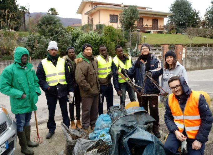 Migranti e volontari delle associazioni hanno ripulito il Canale Nuovo