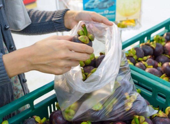 Sacchetti biodegradabili (a pagamento): dal 1 gennaio scatta l'obbligo per frutta e verdura