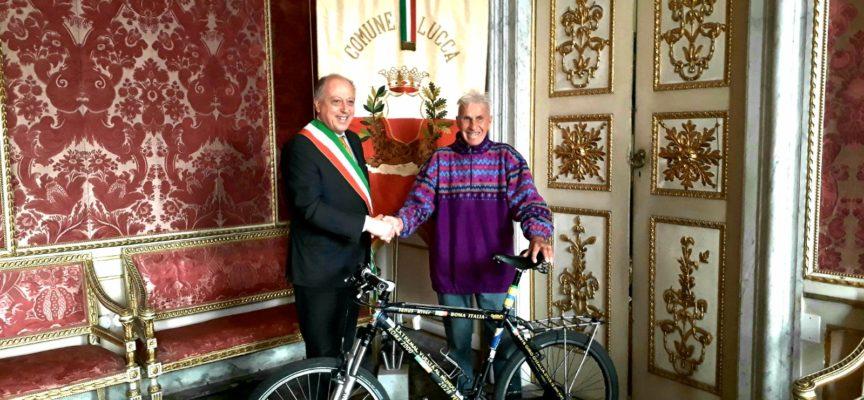 il sindaco Alessandro Tambellini ha ricevuto a Palazzo Orsetti Janus River, ciclista 81enne di origine siberiana.