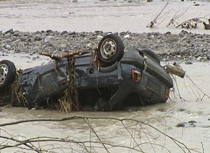 Momenti di apprensione questa mattina nei pressi di Gallicano per la vettura che è emersa dalle acque del serchio.
