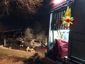A fuoco rimessa con 2 auto,probabile rogo per luci natalizie