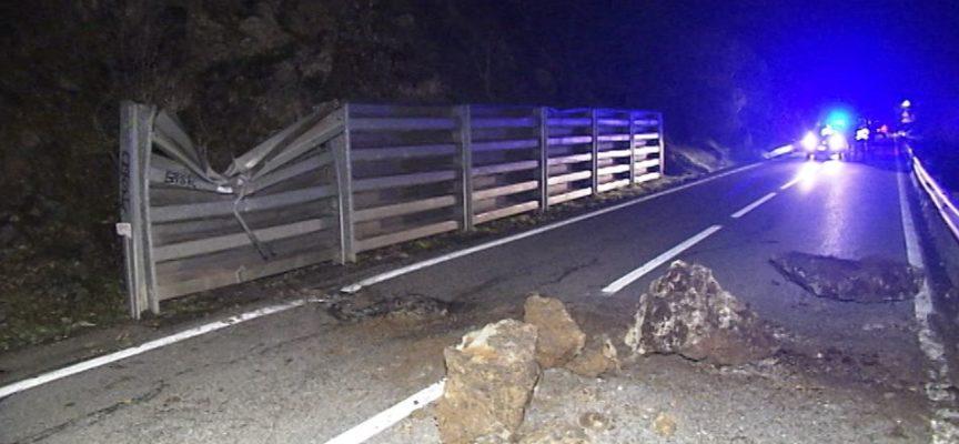 Interrotta la SS12 dell'Abetone per un masso caduto in località Scesta