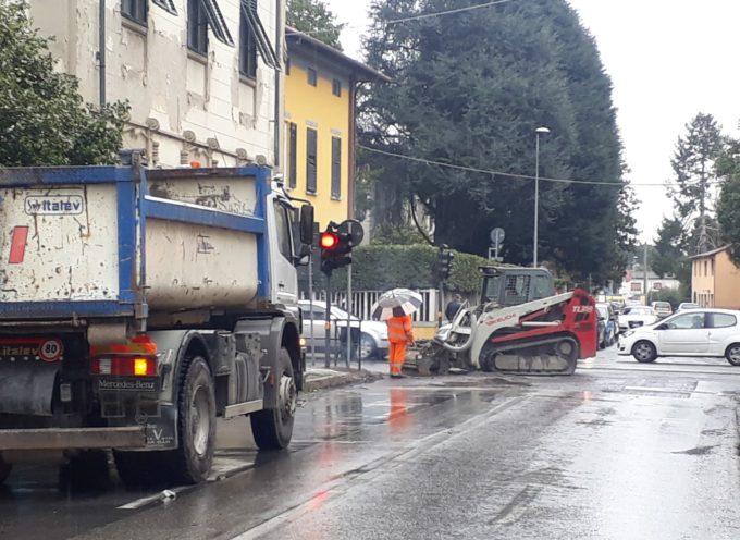 Riqualificazione di via Civitali: dopo i lavori alla pista ciclabile in questi giorni si asfalta la strada