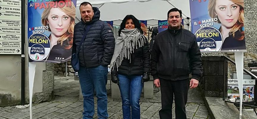 IL GAZEBO DI FRATELLI D'ITALIA A CASTELNUOVO DI GARFAGNANA