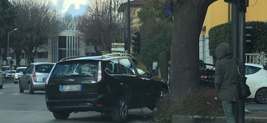 Due incidenti poco distanti tra loro mandano in tilt il traffico di Lucca