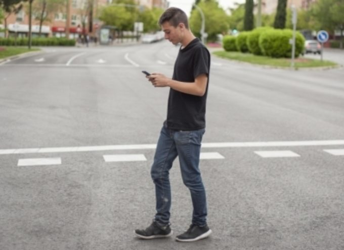 Multe a chi attraversa la strada guardando il telefono o ha entrambe le orecchie coperte da cuffie.