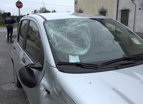 Scontro tra auto e scooter, ragazzo di 17 anni finisce all'ospedale
