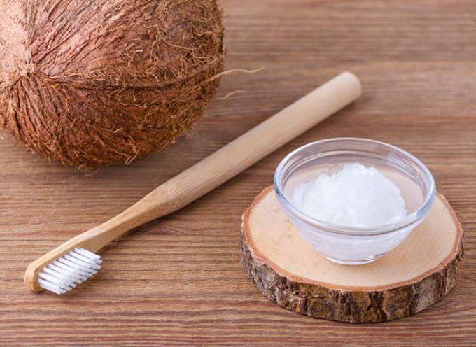 Come usare l'olio di cocco per sbiancare i denti