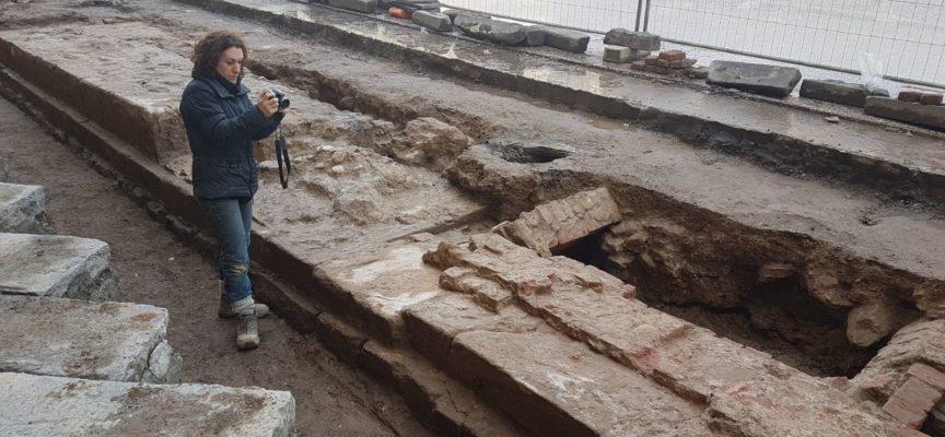 Procedono i lavori nelle piazze del centro storico: dagli scavi affiorano le imponenti strutture della Zecca e un'antica strada lastricata