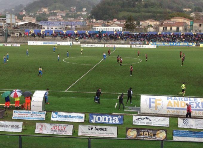 Lucchese in dieci sconfitta dalla Carrarese (2-0)