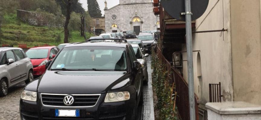 Porcari, i nuovi marciapiedi della Ruga invasi dalle auto