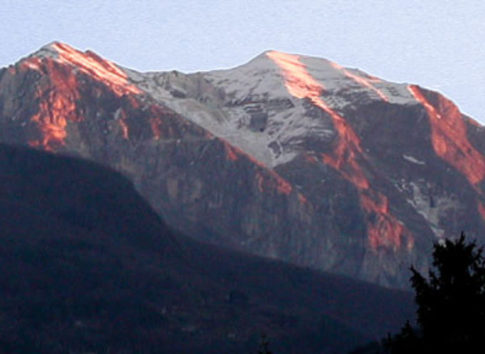 Precipita per cento metri sul Corchia: alpinista versiliese salvo
