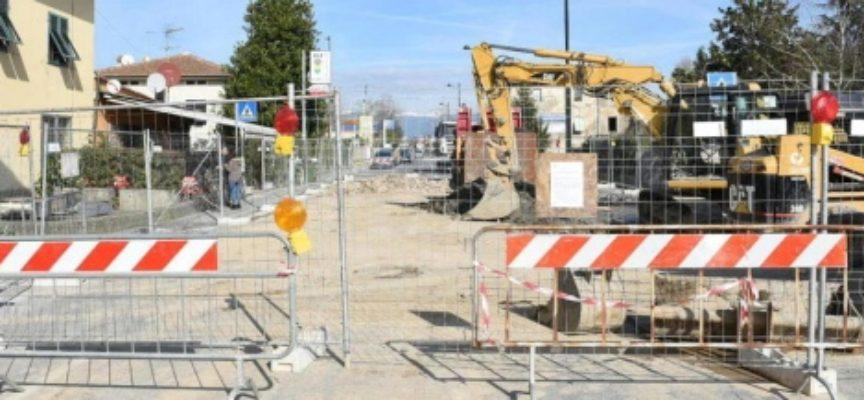 Da un mese il viale  San Concordio è chiuso al traffico all'altezza di Pontetetto,