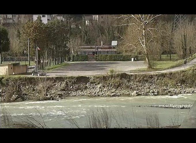 Il fiume Serchio si porta via l'argine