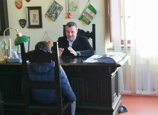 """Un bambino delle Elementari va a trovare il sindaco: """"Più lavagne interattive in classe,"""