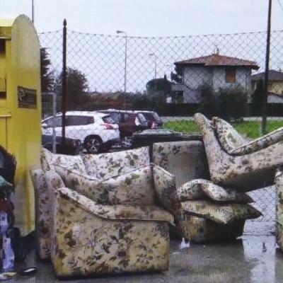 UN DIVANO E ALCUNE POLTRONE ABBANDONATI, IDENTIFICATO L'AUTORE