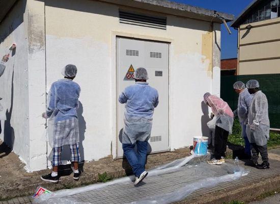 Sei richiedenti asilo rimbiancano la cabina Enel nel quartiere 167 di Porcari