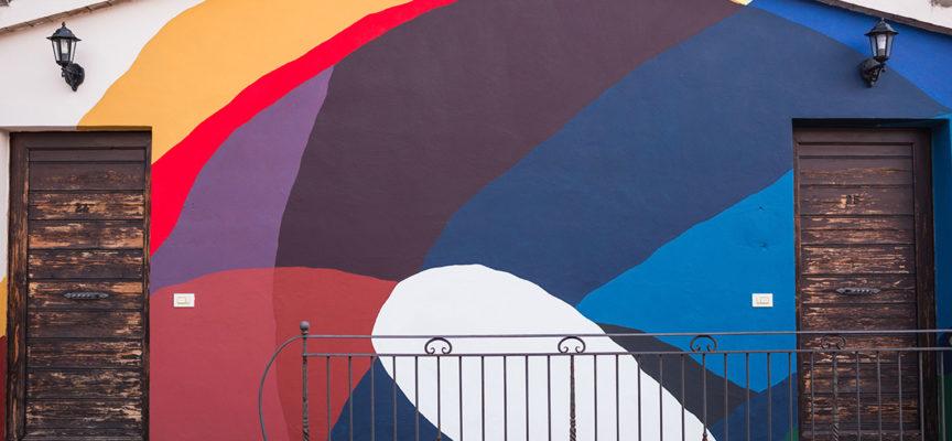 L'arte astratta a Lucca colora San Vito: l'artista Moneyless omaggia la città dove è cresciuto