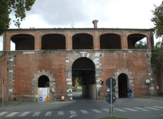 Porta San Pietro: dopo i lavori di restauro si rimontano le parti che erano state danneggiate dal passaggio di un camion.