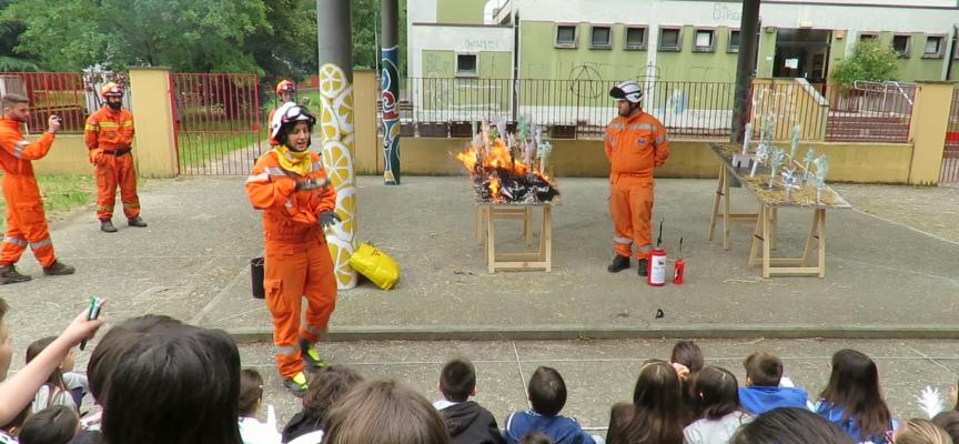 Alunni a lezione di cura del bosco e prevenzione degli incendi