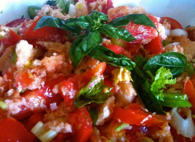 la panzanella livornese è un piatto fresco e molto saporito.