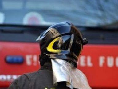 Pompieri all'opera per domare incendio in cartiera