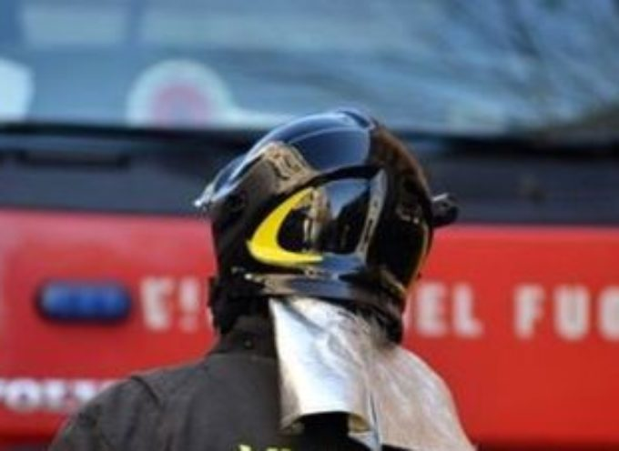Pompieri all'opera per domare incendio in cartiera