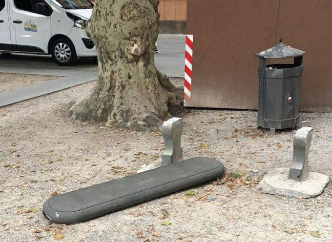 vandali in centro citta, divelta una panchina in pietra