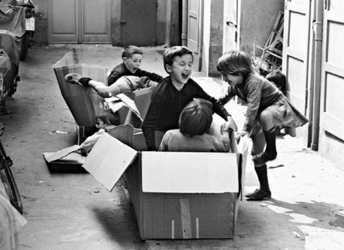 Finite le scuole, le strade e i cortili al mattino si riempivano di bambini festanti che giocavano insieme.