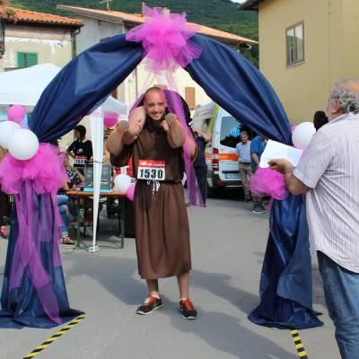 Paese in festa per la corsa dei mariti con le mogli in spalla