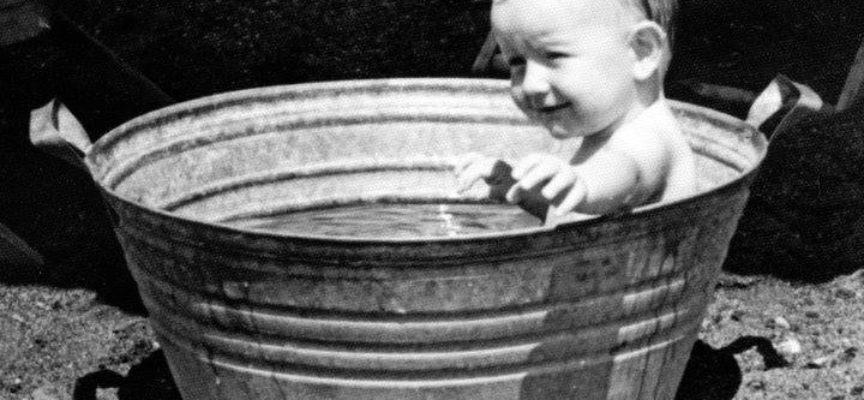 E la sera ci si lavava all'aperto, sull'aia, si faceva il bagno nella tinozza con l'acqua scaldata al sole…