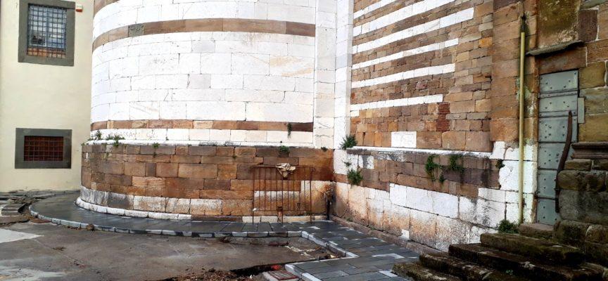 Piazza del Collegio: terminata la costruzione del nuovo marciapiede in pietra intorno alla tribuna della basilica di San Frediano.