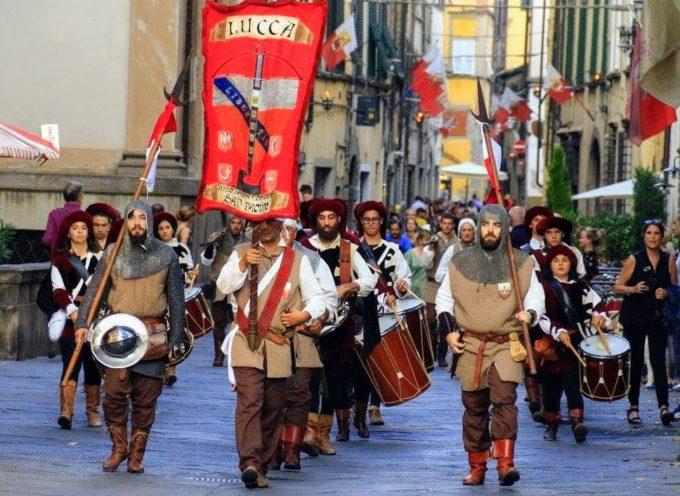 serata di festa a Lucca per la Luminara di San Paolino