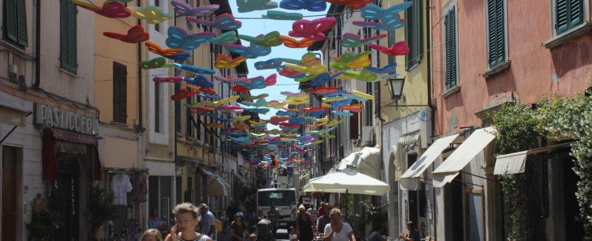 Arte: le farfalle di Valdès volano su Pietrasanta, sindaco inaugura installazione