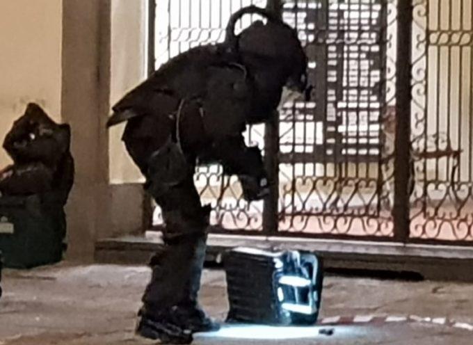 Carabinieri fanno brillare un trolley abbandonato in Borgo Giannotti
