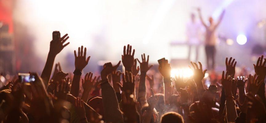 Concerti di Lanny Kravitz, James Taylor and his All Stars Band e di Gianni Morandi: ecco l'ordinanza su alcol e contenitori rigidi