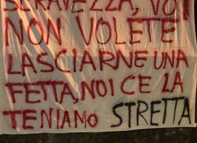 Striscioni a Seravezza contro lo spostamento della E. Frediani fuori dal Capoluogo