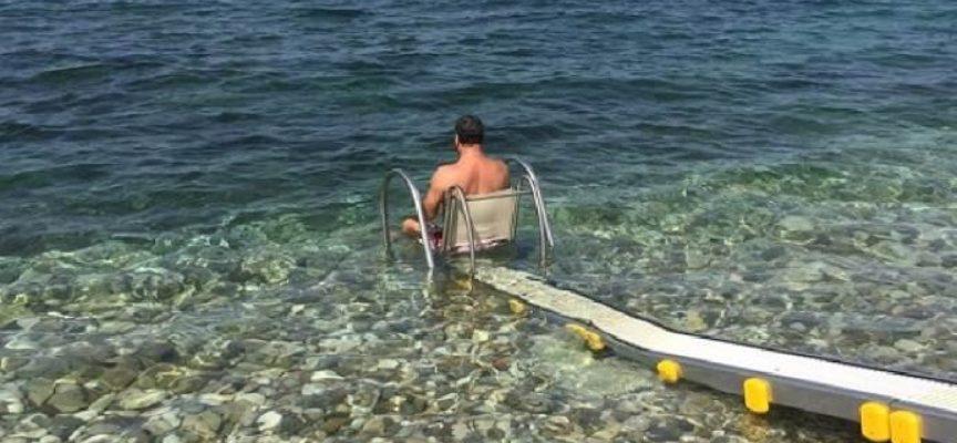 La passerella che permette alle persone disabili di fare il bagno in mare