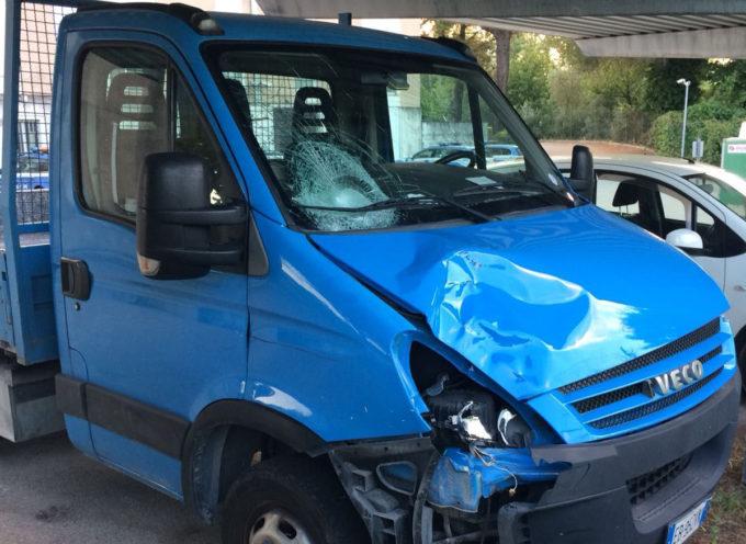 La Polizia stradale di Lucca ha identificato l'autista del furgone iveco blu,  che  aveva investito a Pietrasanta un ragazzo