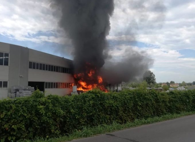 Grosso incendio al magazzino edile CERU` a Pietrasanta