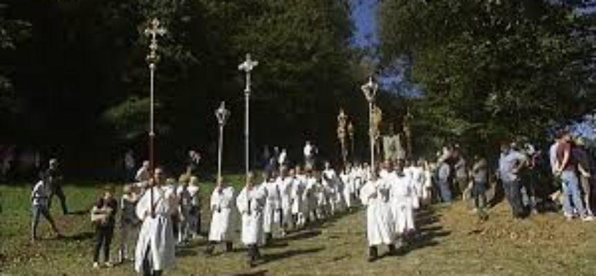Il bacio delle croci nella celebrazione di San Rocco