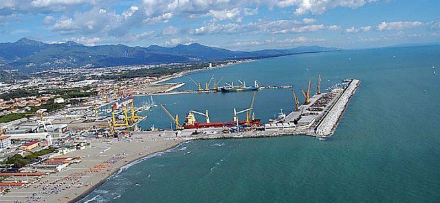 Morti sul lavoro: operaio perde la vita nel porto di Carrara