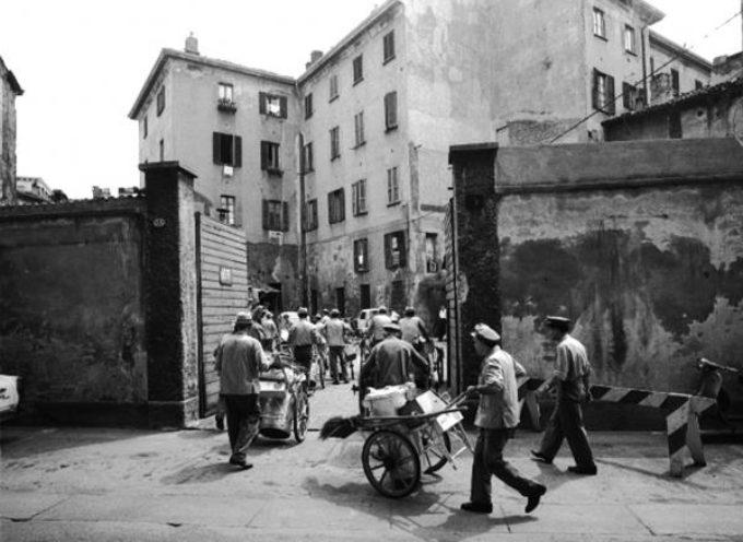 Al mattino gli spazzini uscivano dal deposito con i loro carrettini e andavano a pulire la città,